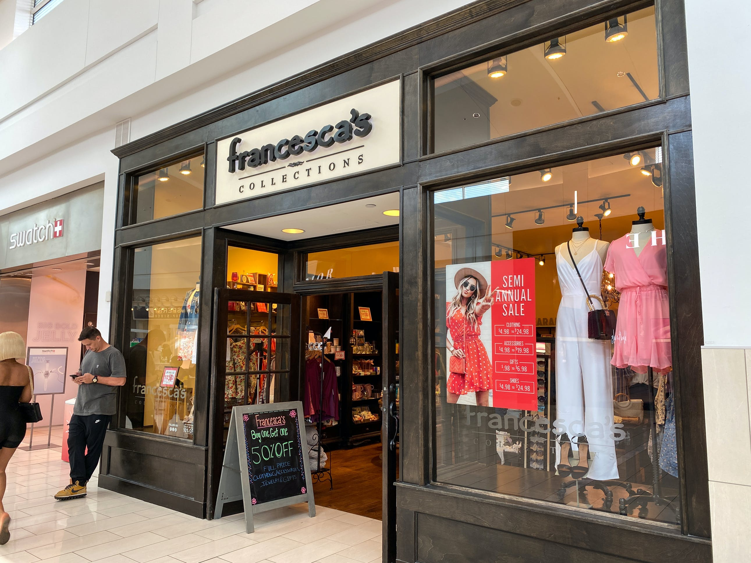 francescas storedfront dreamstime l 185417648 1606238758 1606238759 - Barnes And Noble Pembroke Gardens Mall